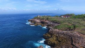 Skalisty wybrzeże zakrywający z trawy i wioski domami zdjęcie wideo