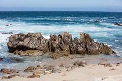 Skalisty wybrzeże w Monterey zatoce, Kalifornia Obrazy Stock