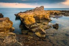 Skalisty wybrzeże z Antycznymi ruinami Fotografia Stock
