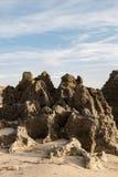 Skalisty wychód na plaży, tworzy ten naturalnego kamień fotografia stock