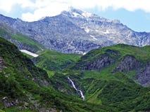 Skalisty wysokogórski szczytowy Mättlenstöck w Glarus Alps pasmie górskim zdjęcia stock
