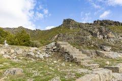 Skalisty wzgórze przy Covao da Ametade, Serra - da Estrela obraz royalty free