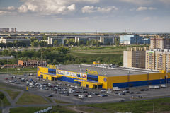 Skall den framträdande stormarknaden på bandet och parkeringsplatsen Stad Cheboksary, Chuvashrepublik, Ryssland 05/04/2016 Royaltyfri Bild