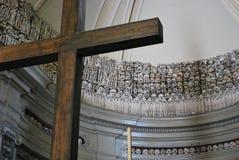 Skallar och ben bak korset Royaltyfri Bild