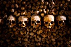 Skallar och ben i Paris katakomber arkivfoto