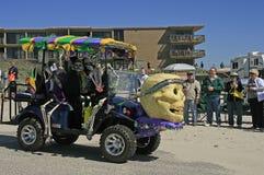 Skallar och skelett dekorerar en golfvagn på den barfota Mardi Gras Parade Arkivbild