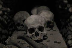Skallar skelett, ben, Kutna Hora i Tjeckien, död, lopp Europa arkivbilder