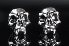 skalle för två metall på en svart bakgrund Royaltyfria Bilder