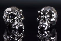skalle för två metall på en svart bakgrund Fotografering för Bildbyråer