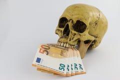 Skalle med euroräkningar Arkivbilder