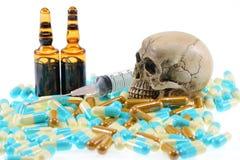 Skalle med preventivpillerar royaltyfri bild