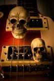 Skalle och elektrisk gitarr Arkivfoto