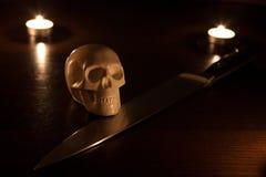 Skalle och kniv Arkivbild