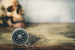 Skalle och kompass på tappningöversikt Royaltyfria Bilder