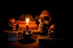 Skalle och stearinljus med ljusstaken Arkivfoto
