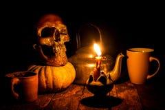 Skalle och stearinljus med ljusstaken Royaltyfri Fotografi