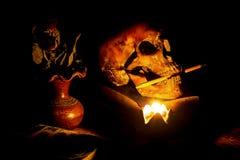 Skalle och stearinljus med ljusstaken Arkivfoton