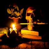 Skalle och stearinljus med ljusstaken Arkivbild