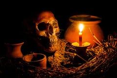 Skalle och stearinljus med ljusstaken Royaltyfria Foton