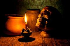 Skalle och stearinljus med ljusstaken på trä Royaltyfri Fotografi
