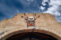 Skalle på väggen blå sky Royaltyfri Bild