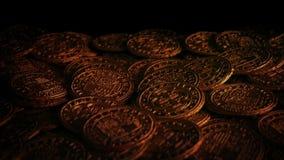 Skalle p? guld- mynt i levande ljus lager videofilmer