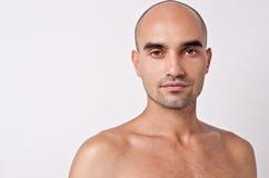 Skallig Caucasian stilig man med topless skuldror. Arkivbilder
