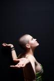 skallig flicka som ser upp Royaltyfria Foton