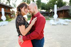 Skallig make som bär den röda skjortan och dansar med frun på trädgård Royaltyfri Bild