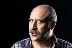 Skallig man med mycket ilskna mustascher Arkivfoto