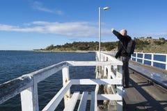 Skallig manlig turist som ut ser från vägbanken på Victor Harbor Fotografering för Bildbyråer