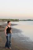 skallig ståendesolnedgångkvinna Arkivfoto