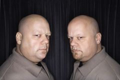 skalliga män kopplar samman arkivfoto