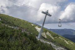 Skalnate pleso,从驻防Skalnate pleso的Tatranska Lomnica村庄的高Tatra山空中览绳 免版税库存图片