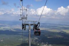 Skalnate pleso,高Tatra山/斯洛伐克- 2017年7月6日:从驻防Skalnate pleso的Tatranska Lomnica村庄的空中览绳 免版税库存照片