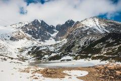 Skalnate pleso, sjö i Tatra berg i vinter arkivfoton