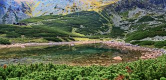Skalnate pleso - tarn i kickTatras berg fotografering för bildbyråer