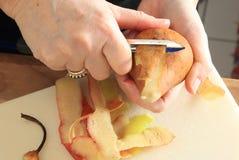 Skalning av en pear Arkivbilder