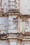 Skalning av målarfärg från gammalt cement framförd byggnad arkivfoto