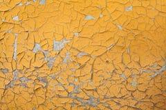 Skalning av målarfärg på sömlös textur för vägg Modell av lantligt gult grungematerial arkivbild