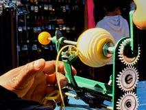 Skalning mekaniskt av en apelsin fotografering för bildbyråer