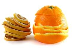 Skalningsapelsin och skivad torkad apelsin Royaltyfri Fotografi