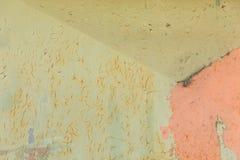 Skalningsväggbakgrund, guling och rosa färger royaltyfri bild
