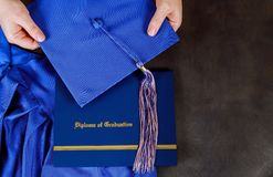 Skalowania świadectwa dyplom z skalowanie kapeluszem z pustą przestrzenią fotografia stock