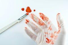 Skalpel w krwi i ręki lekarka Obraz Royalty Free