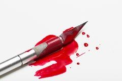 Skalpellblad med blod Arkivfoton