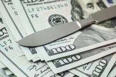 Skalpellet på högen av kassa fakturerar dollar Dyr kirurgi för begrepp, medicinsk försäkring arkivfoto