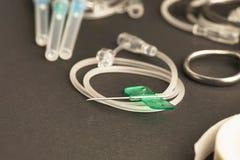 Skalpera åder, tejpa, injektionssprutor och artärkirurgisk tång Royaltyfria Bilder