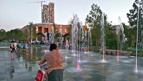 Skanderbeg ajusta, la plaza principal en Tirana, Albania almacen de video
