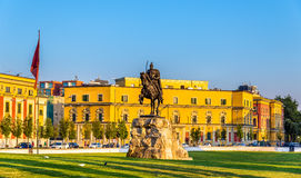 Skanderbeg fyrkant med hans staty i Tirana royaltyfria foton